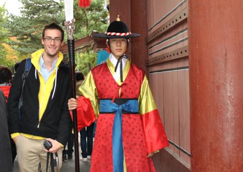 A l'ancien Palais royal de Deoksung, lors de la relève de la garde.