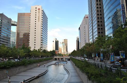 La Cheonggyecheon river : petite rivière artificielle en plein centre de Seoul. Les Coréens y viennent en famille pour passer du bon temps, les pieds dans l'eau ! C'est très agréable, j'y allais souvent le dimanche avec mes amis.